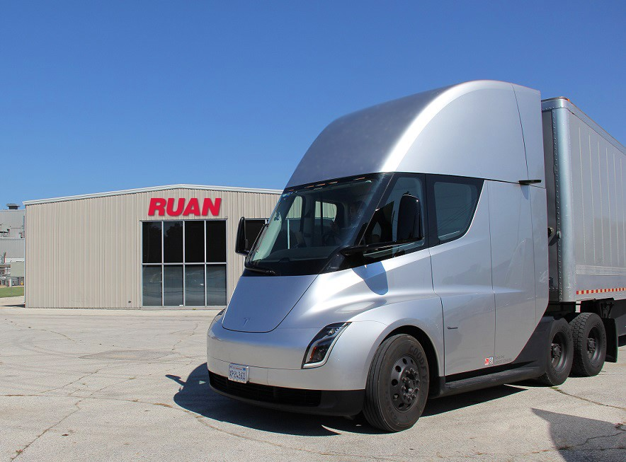Tesla shows off all-electric semi to Ruan, customers in Des Moines